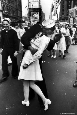 VJ-Day-Kiss-famous-kisses-2799413-600-897