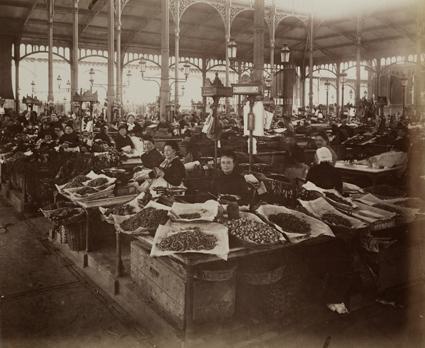 Eugène-Atget-les-Halles-marchandes-de-poissons-1910